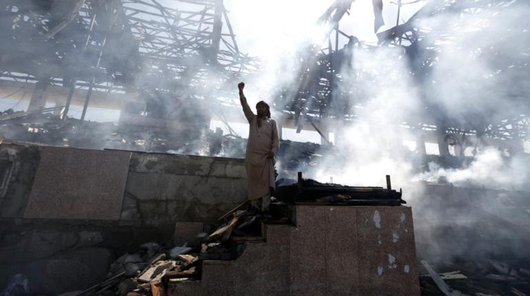 La coalición dirigida por Arabia Saudí bombardea el ministerio de Defensa de Yemen
