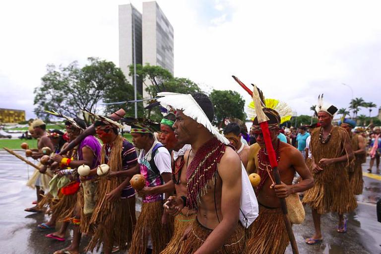 """""""Bancada ruralista"""" vuelve a la carga contra derechos de los indígenas"""