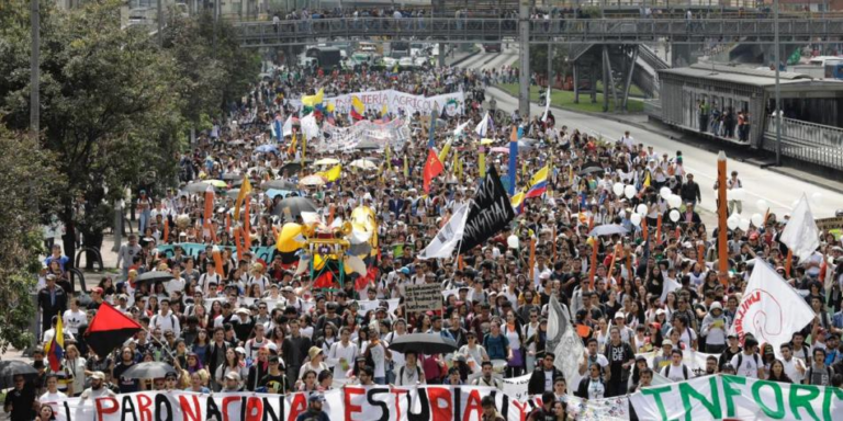 Estudiantes colombianos se movilizan en defensa de la educación pública