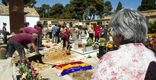 """Militares pasan de largo las fosas repúblicanas en el homenaje a """"los caídos por España"""""""