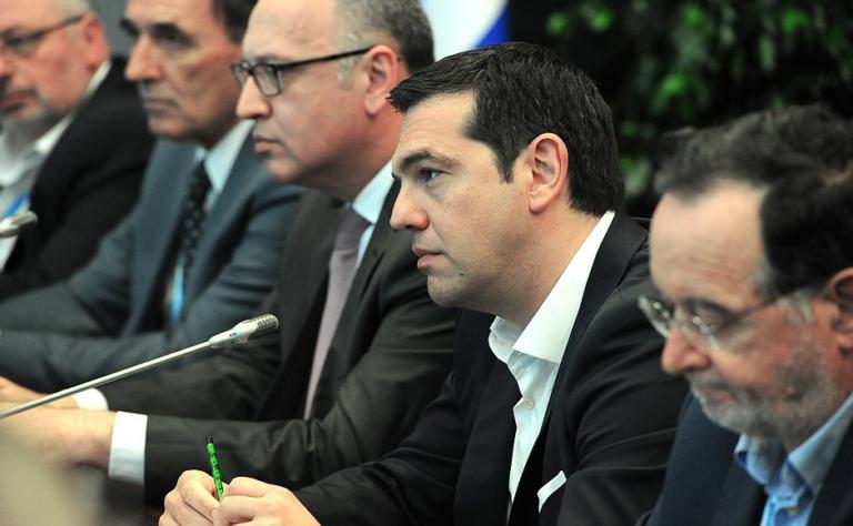 """Alexis Tsipras dice a Italia que """"es mejor"""" ceder"""