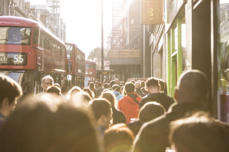 Reino Unido: Los salarios suben y el desempleo desciende