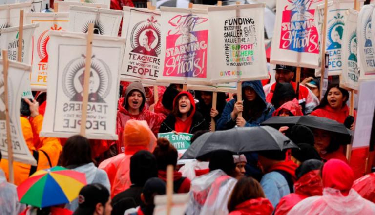 Más de 30 mil profesores de Los Ángeles en huelga por mejoras salariales