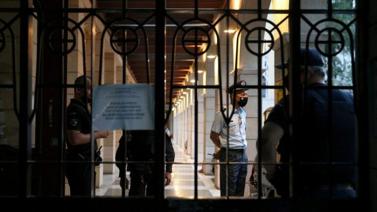 El sacerdote griego ataca a los obispos mayores con ACID durante una audiencia disciplinaria sobre la presunta posesión de COCAINE