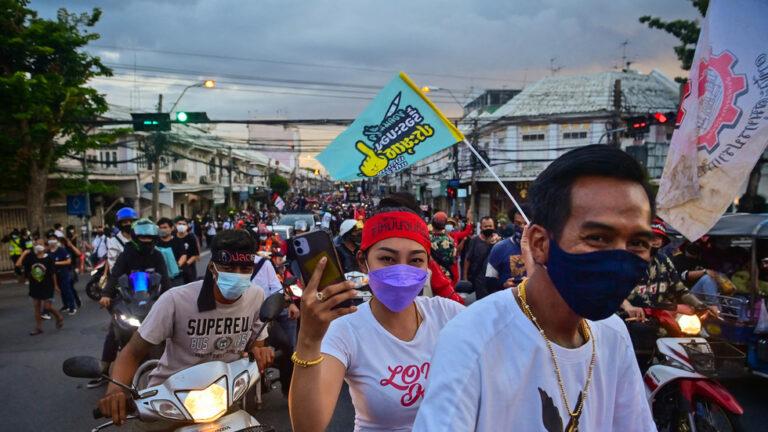 Manifestantes tailandeses de vuelta en las calles exigiendo la renuncia del gobierno y limitando los poderes del rey