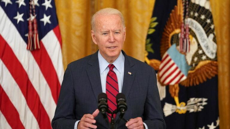 """""""El periodismo no es un delito"""": Biden acusa a Beijing de """"negar las libertades básicas"""" tras el cierre de Apple Daily"""